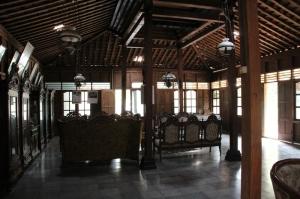 Suasana ruang tamu di rumah Empu Djiwo Dihardjo